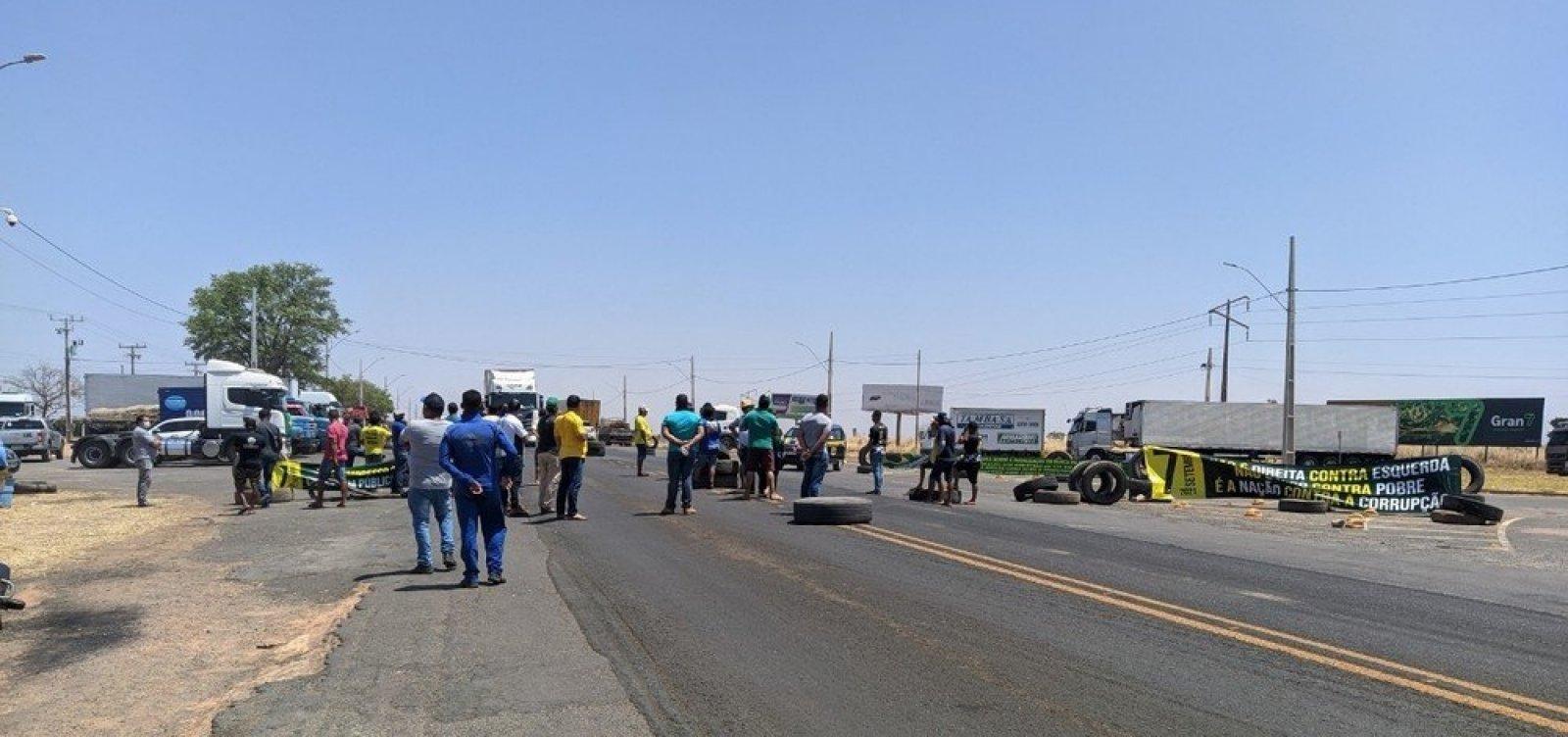 Caminhoneiros fazem protesto em apoio ao governo na BR-242 na Bahia