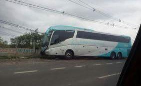 Ônibus derruba poste e deixa trânsito parado na Avenida Luiz Viana Filho