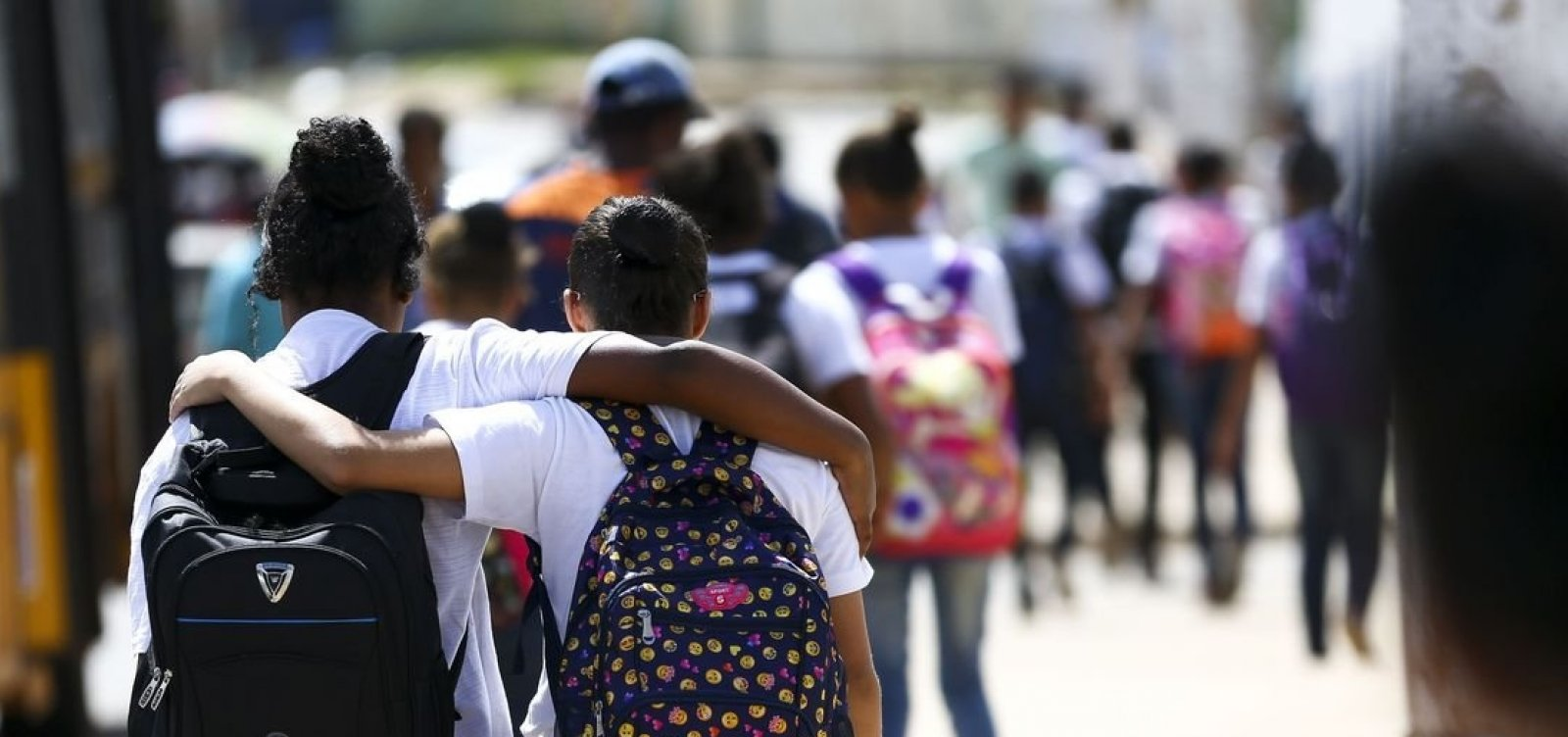 Na Bahia, adolescentes fazem sexo e consomem álcool cedo; 40% afirmam não usar camisinha