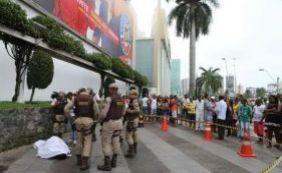Homem morre a facadas em frente a um shopping da capital baiana