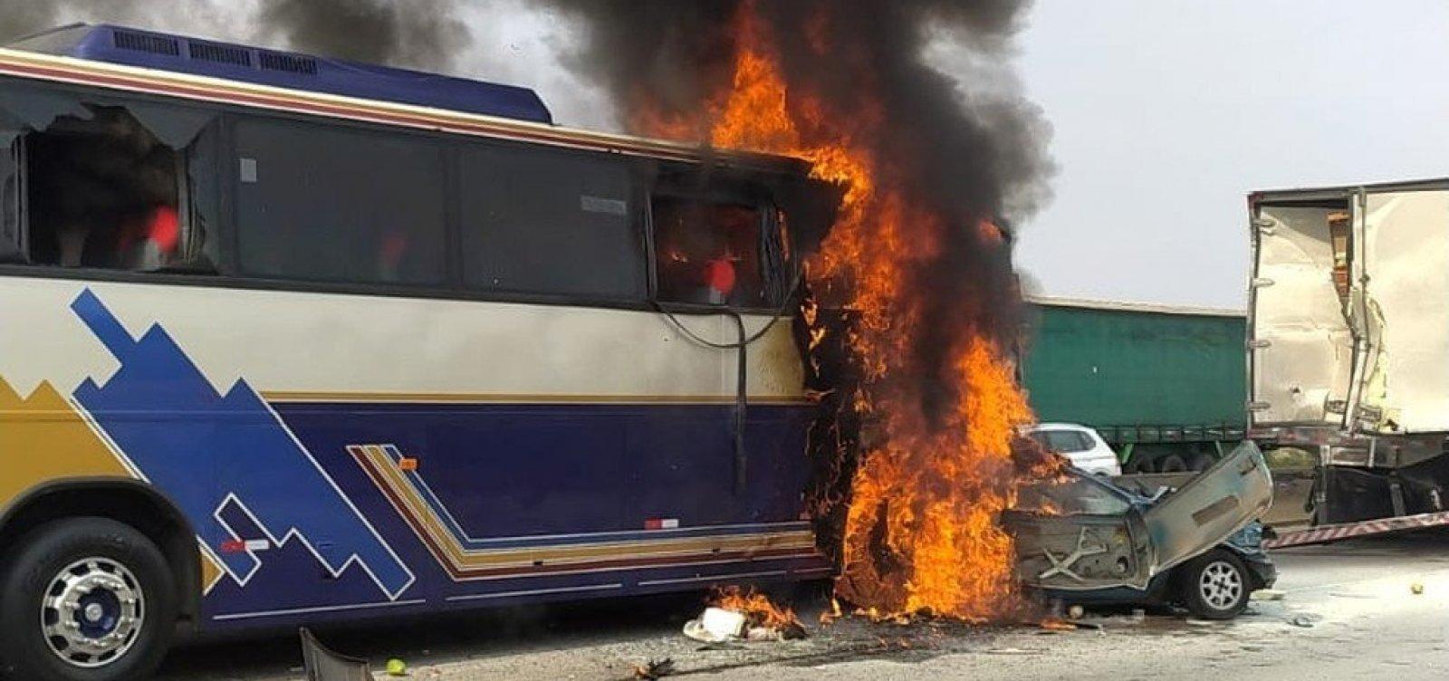 Seis pessoas morrem em carro prensado por ônibus e caminhão em cidade de São Paulo
