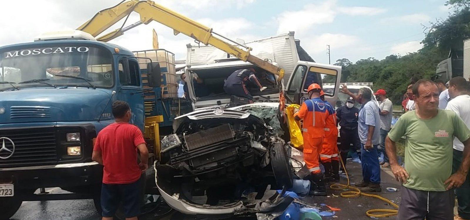 Acidente entre quatro caminhões e carro deixa três feridos e gera 12 km de congestionamento na BR 324