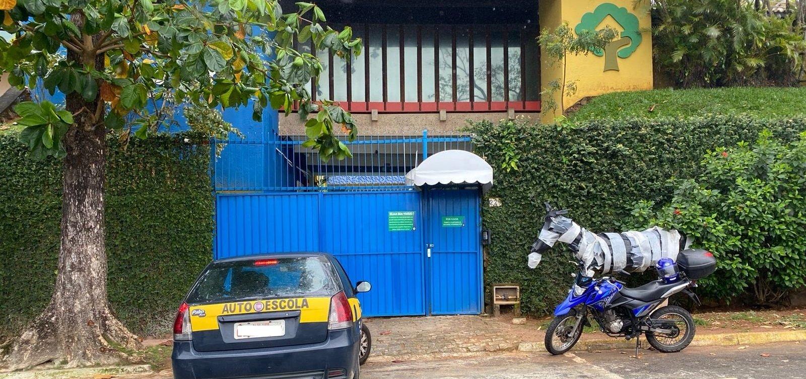 Pais se queixam de balizas de autoescola feitas em frente a colégio infantil