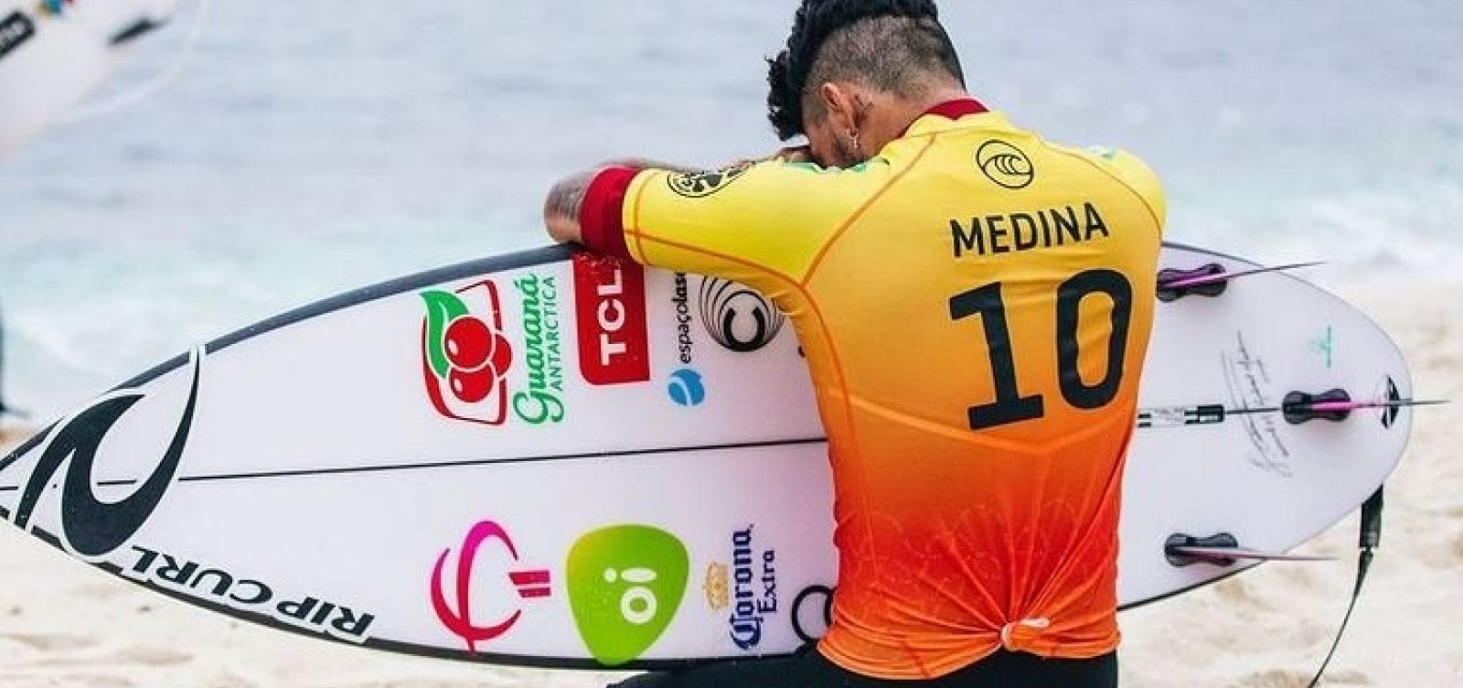 Eliminado nas Olimpíadas, Medina se torna tricampeão do Mundial de Surfe