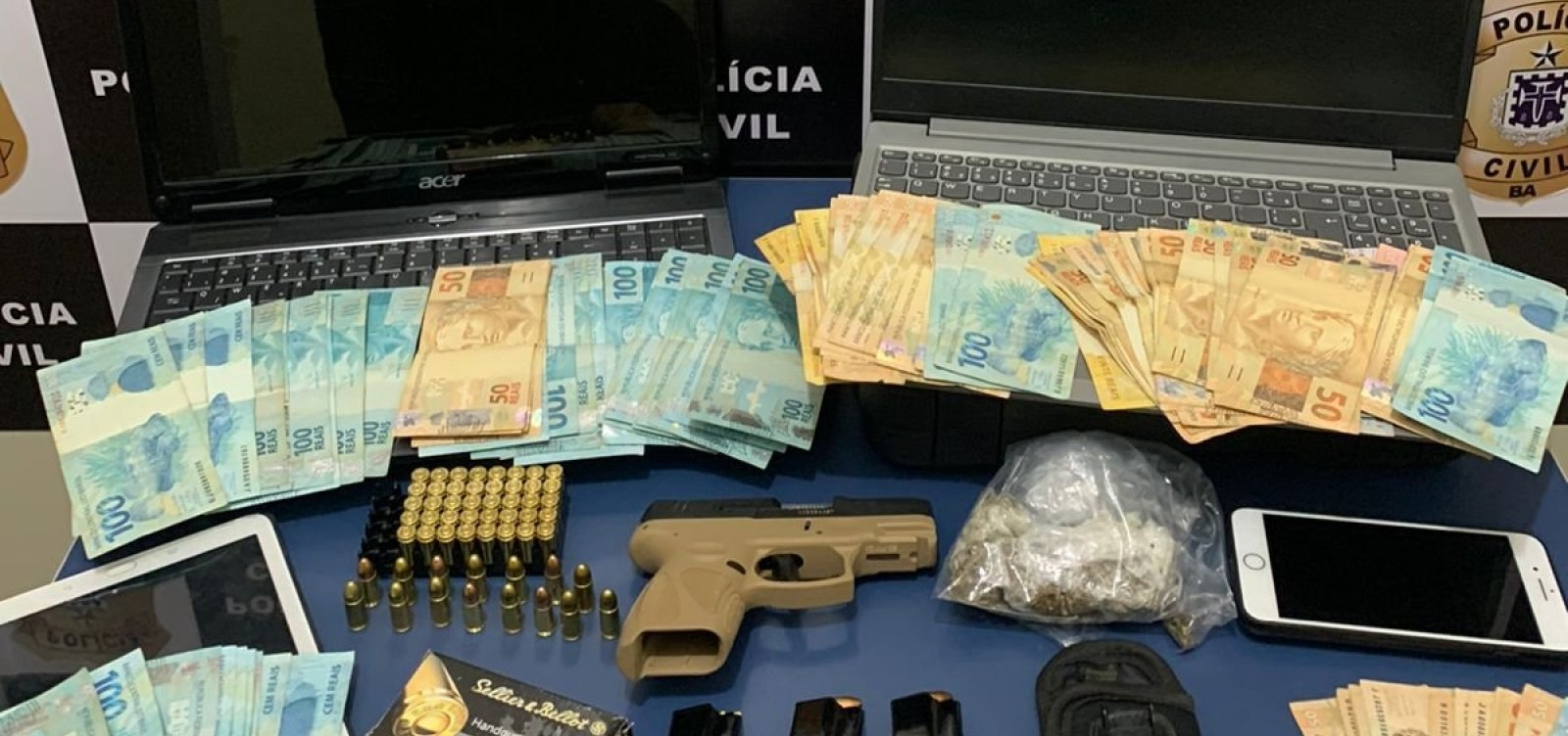 Polícia encontra suspeito de tráfico com dinheiro e arma em casa