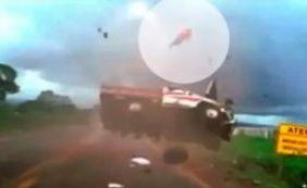 Homem é arremessado em capotamento e sobrevive na BR-158; veja o vídeo