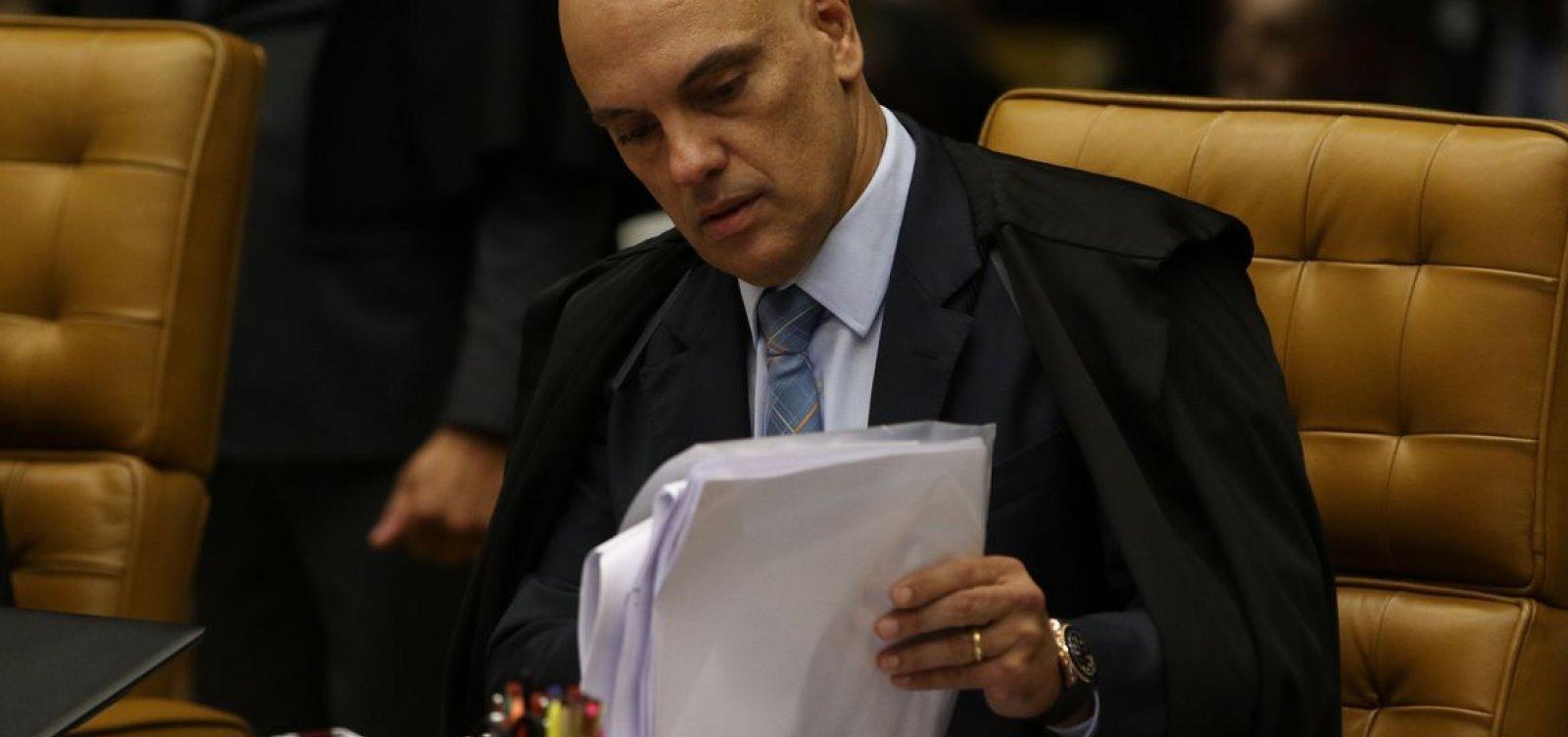 """Alexandre de Moraes suspende portaria de Bolsonaro que dificulta rastreio de armas: """"Desvio de finalidade"""""""