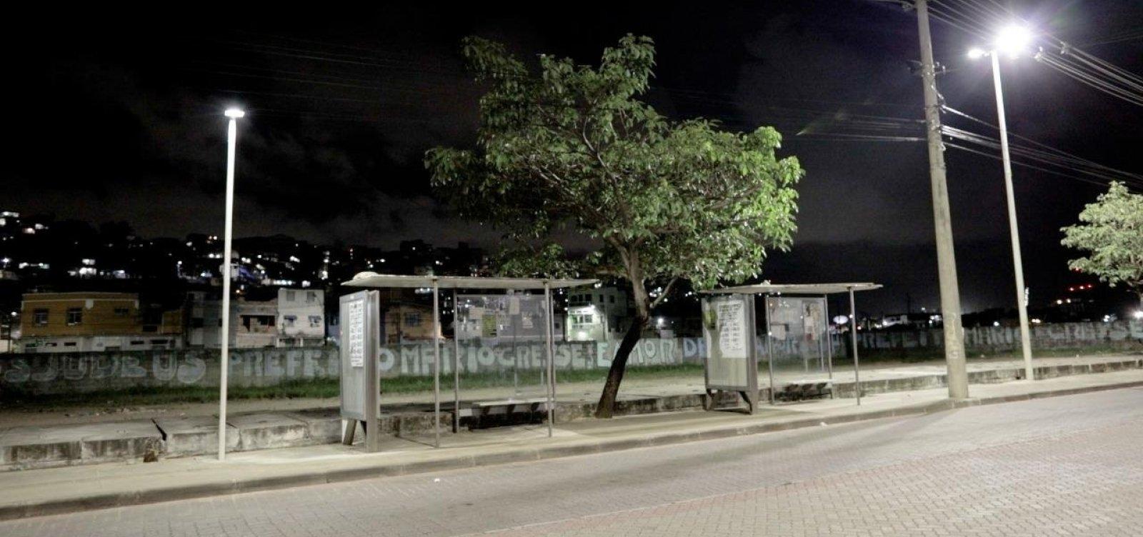 Projeto aposta em lâmpadas de LED em pontos de ônibus para inibir violência em Salvador