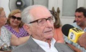 Ex-governador Roberto Santos está internado, mas passa bem