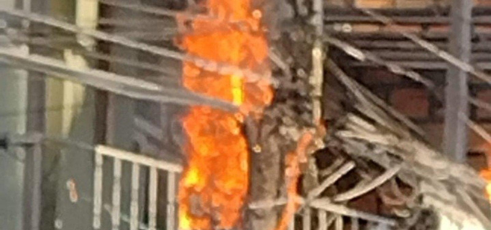 Fiação tem curto-circuito e poste pega fogo em Periperi