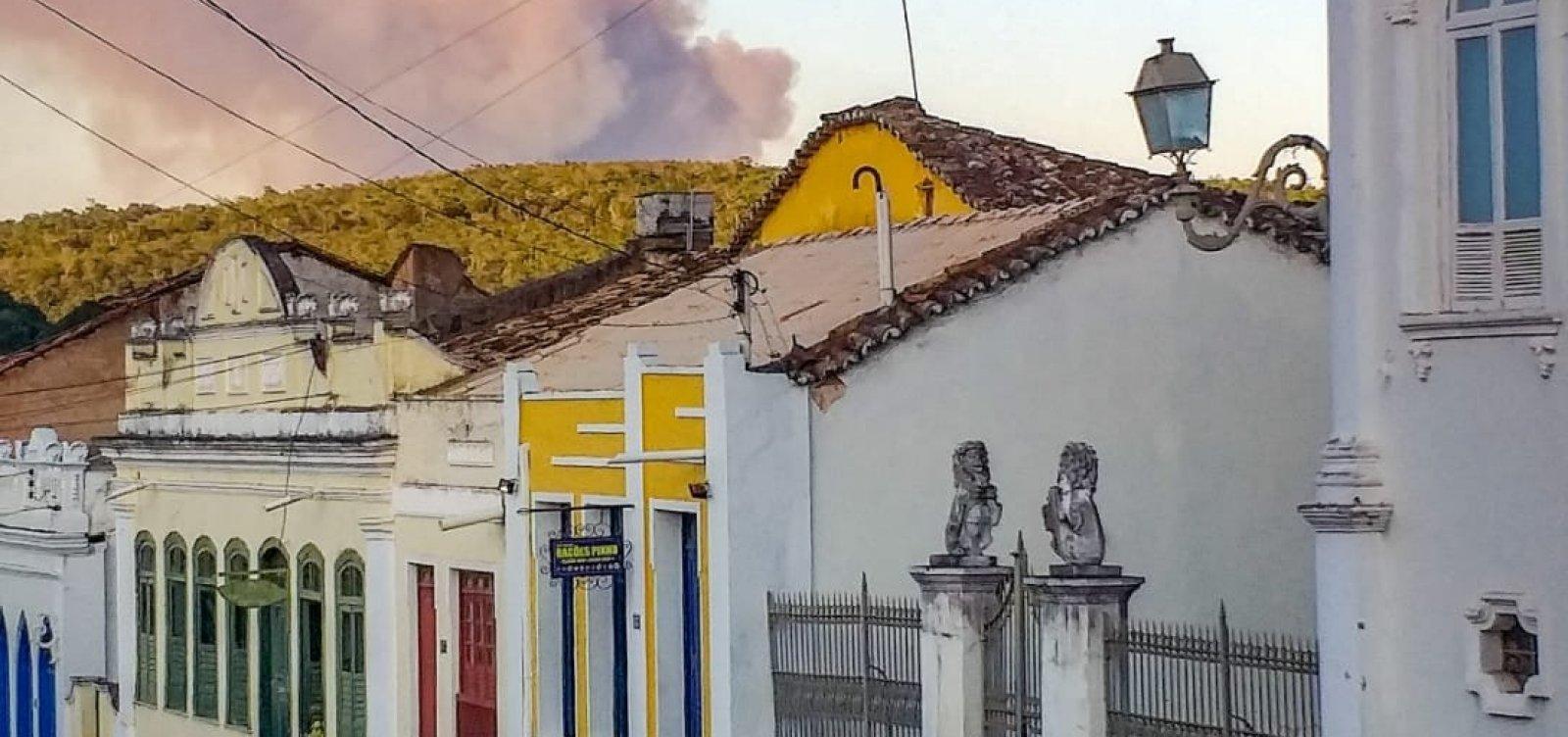 Fumaça avança sobre cidade de Lençóis, após fogo intenso na Chapada Diamantina