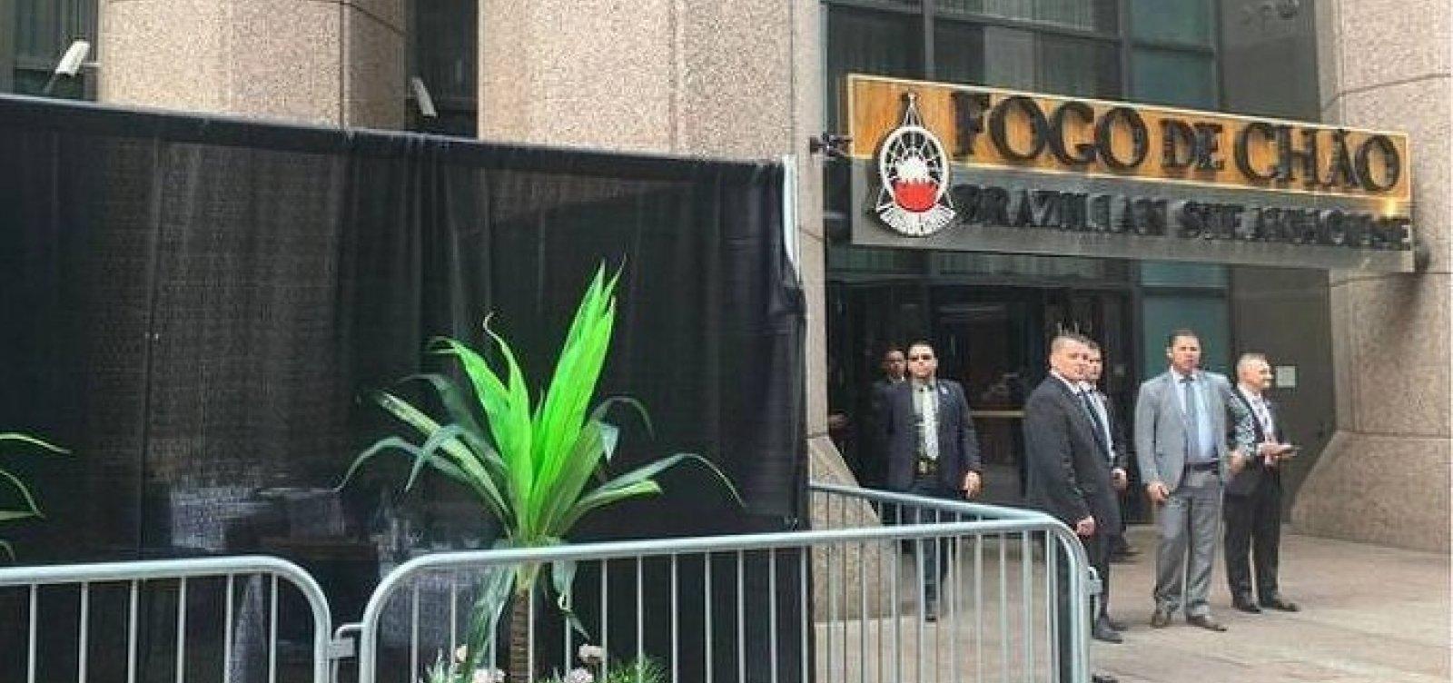 """Churrascaria improvisa """"puxadinho"""" para Bolsonaro na calçada em Nova York"""