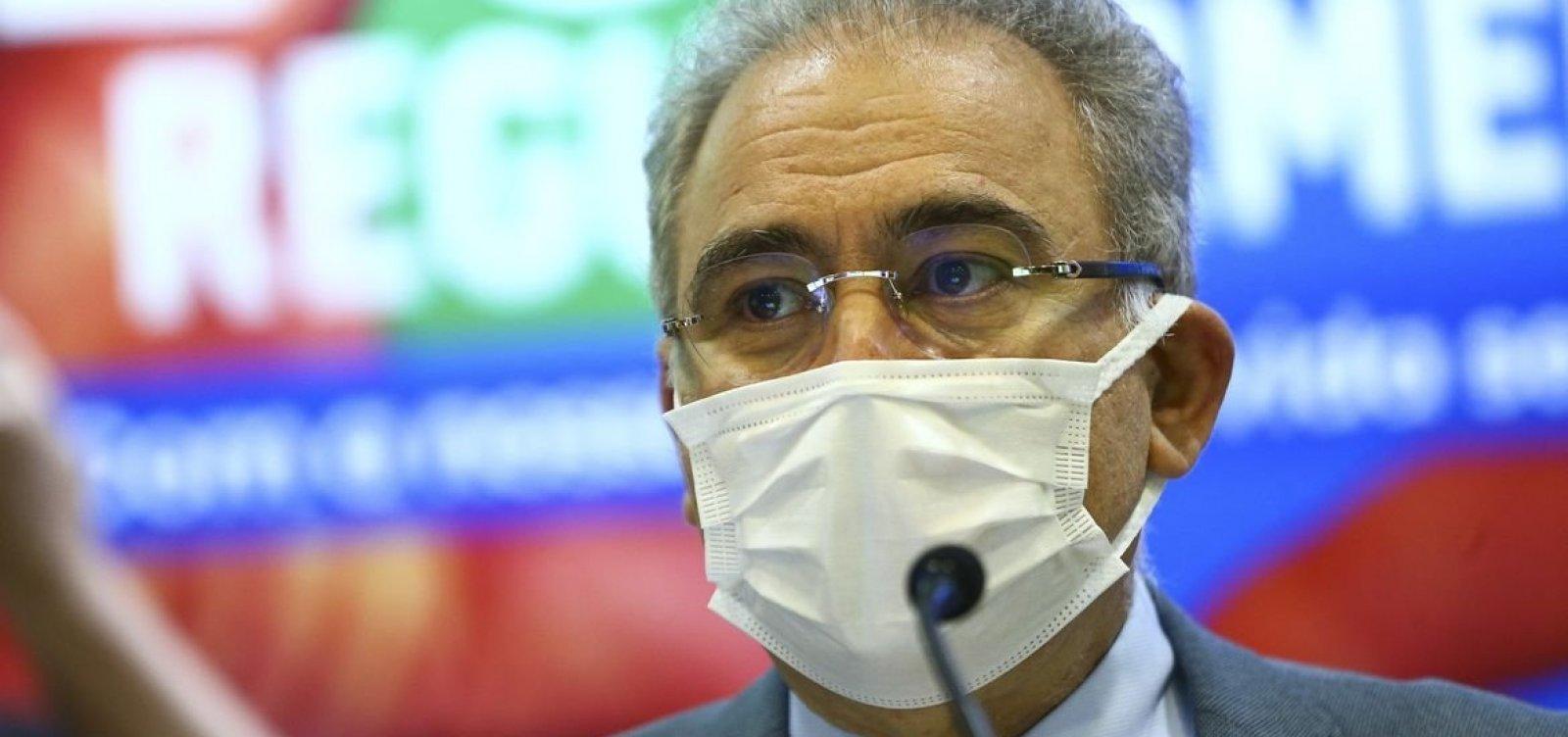 Ministro da Saúde mostra dedo do meio para manifestantes em NY; veja vídeo