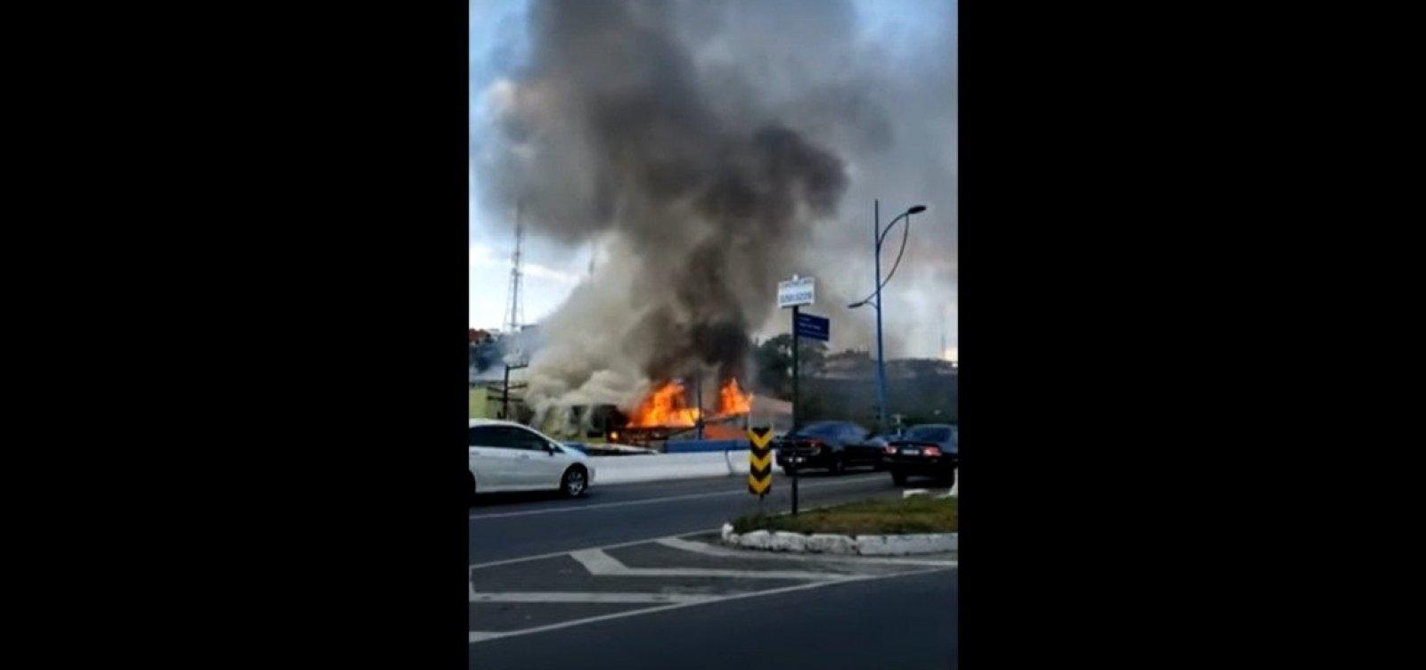 Loja de autopeças pega fogo na Vasco da Gama