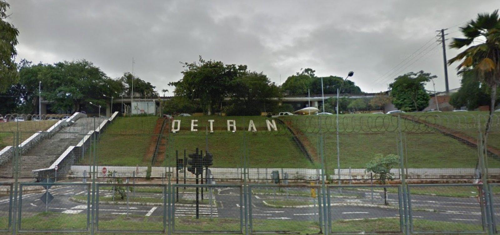 Polícia prende dupla suspeita de liderar esquema de fraude de placas no Detran da Bahia