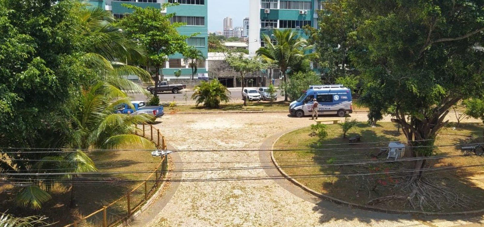 Um dia após arrastão no Rio Vermelho, policiais montam ponto fixo em praça