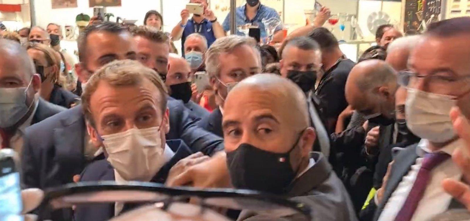 Em novo ataque, presidente da França é atingido por ovo durante evento