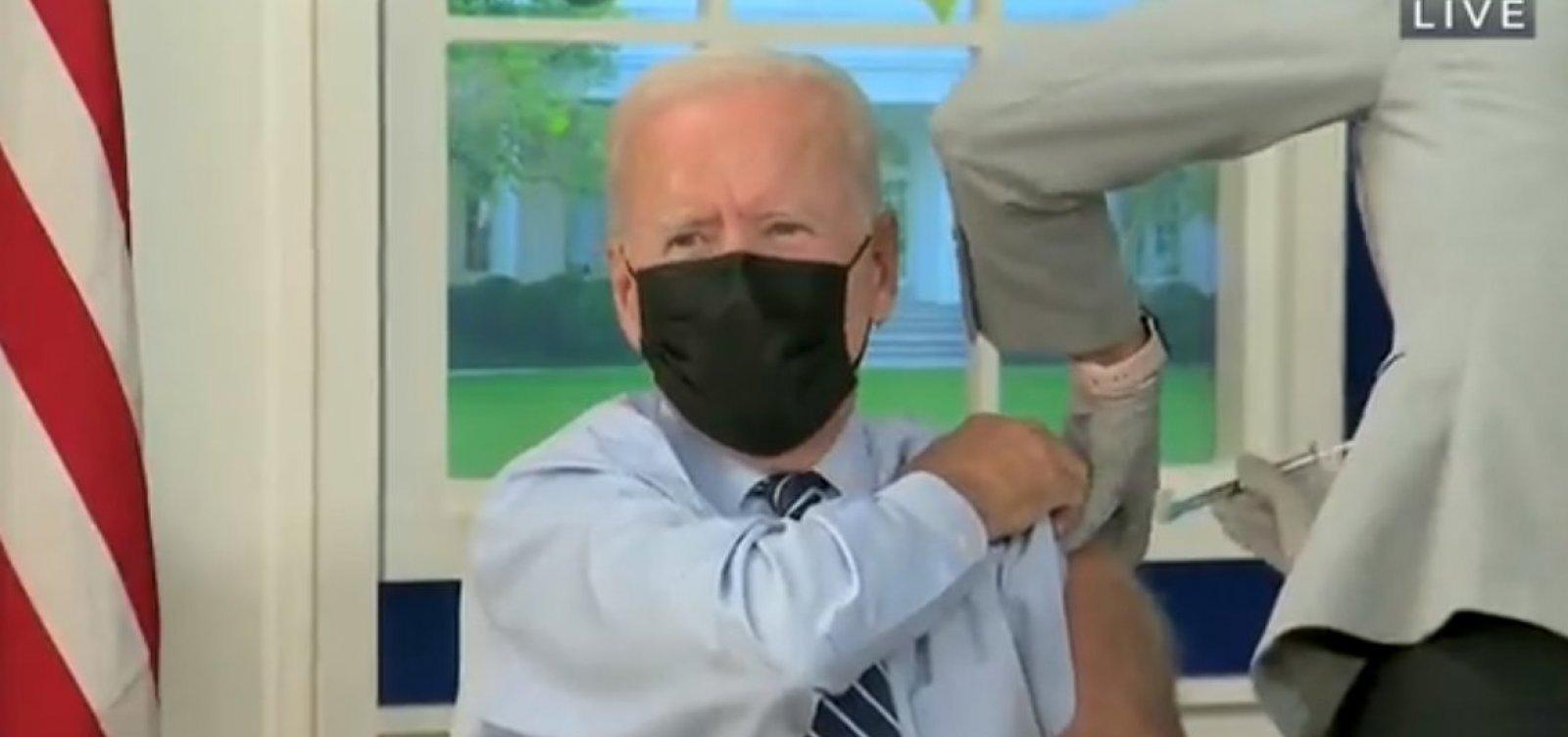 Joe Biden toma terceira dose contra Covid nos EUA