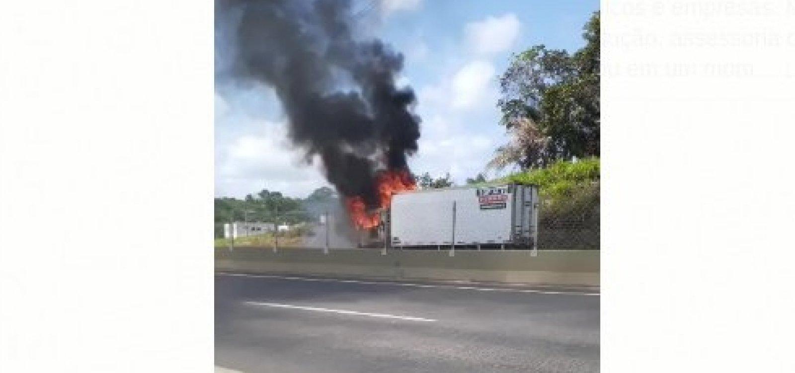 Bandidos armados atiram e ateam fogo em caminhão na rodovia CIA/Aeroporto