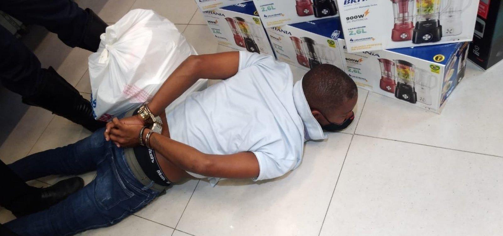 Homem dorme em loja de shopping para furtar celular na madrugada, mas acaba sendo descoberto