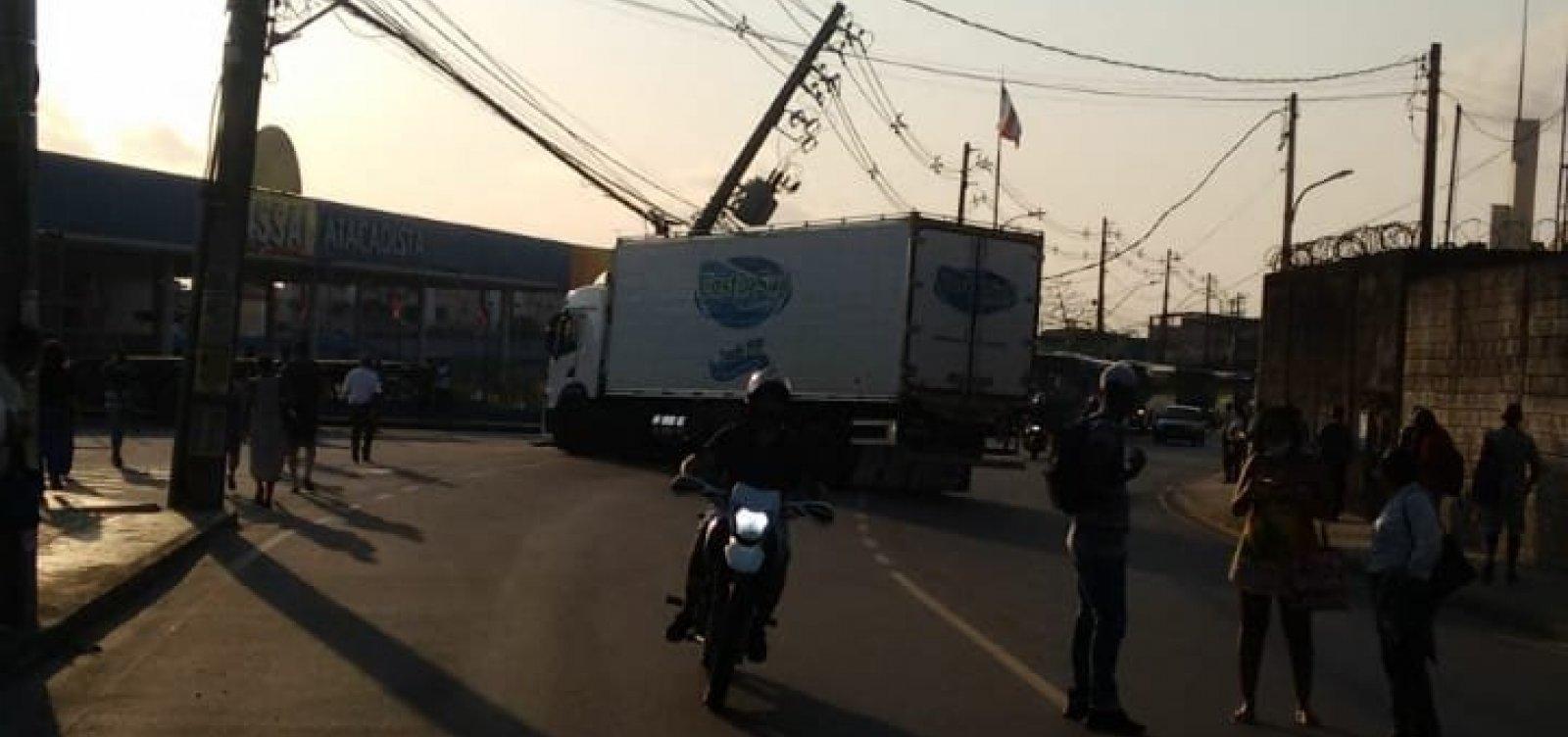 Ônibus bate em poste e acidente provoca engarrafamento em Pau da Lima