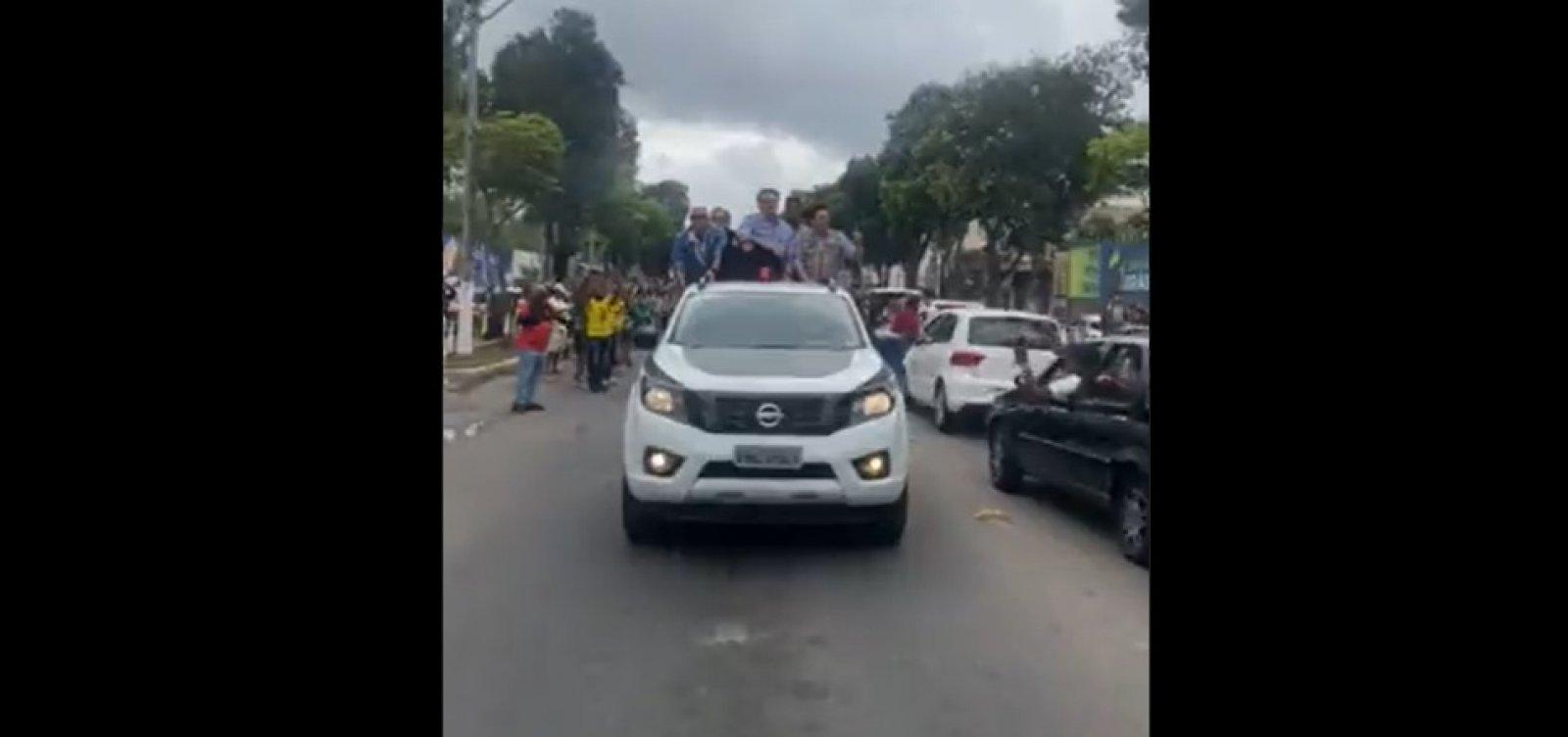 Bolsonaro chega a Teixeira de Freitas e desfila em carro aberto pelas ruas