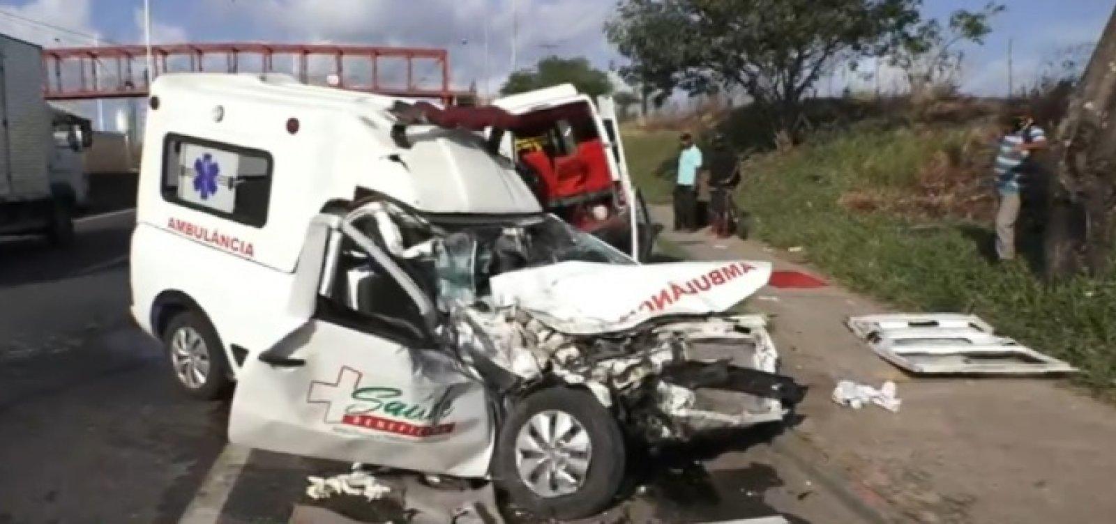 Ambulância com paciente bate em van e deixa sete feridos na BR-324
