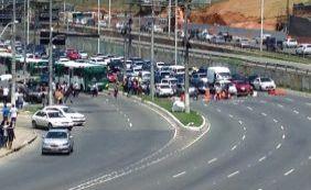 Em protesto, populares fecham Av. Paralela nesta terça-feira