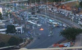 População volta a protestar e bloqueia trânsito na Avenida Paralela