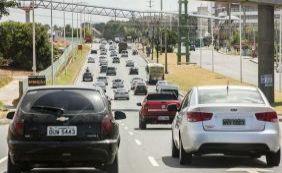 Após batida, carro capota e deixa feridos na Avenida Paralela