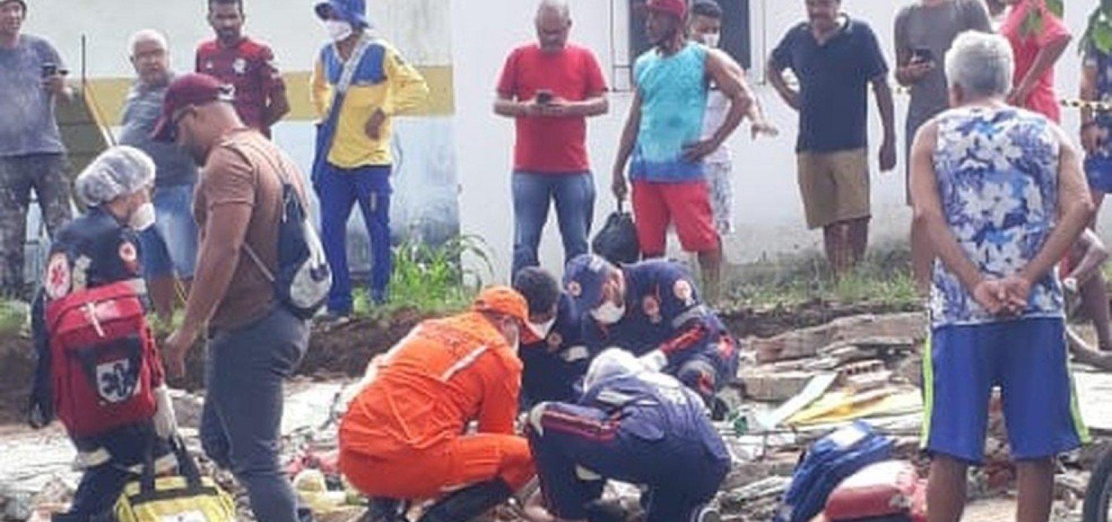 Criança morre e pai fica em estado grave após desabamento do muro de uma escola