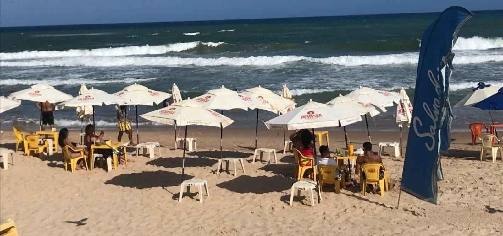 Bar loteia faixa de areia em Patamares e cobra R$ 30 por pessoa para sentar em mesa