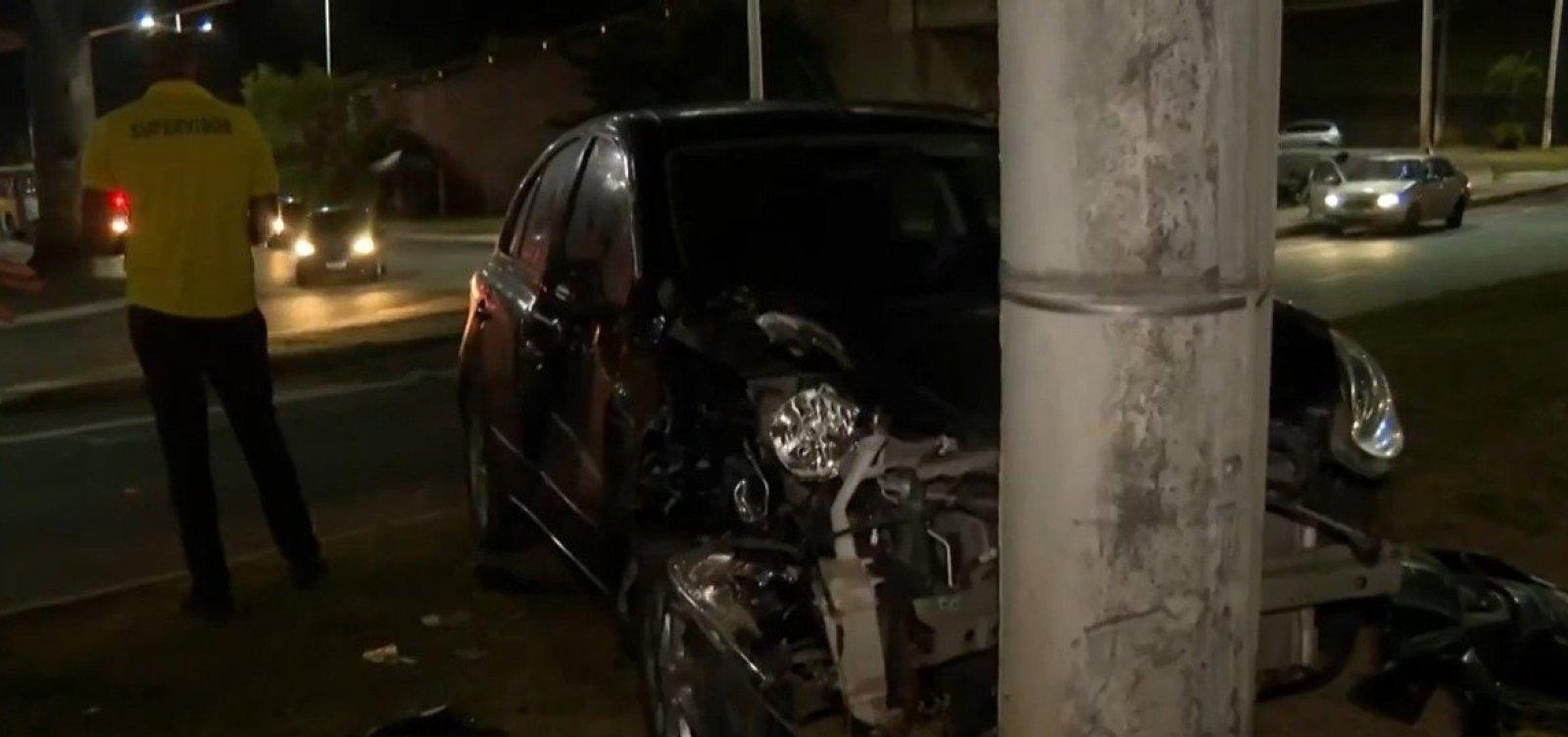 Acidente entre ônibus e carro deixa três feridos na Av. Paralela