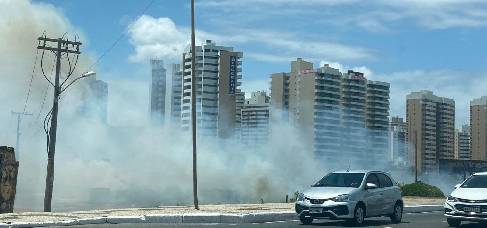 Incêndio em Armação forma nuvem de fumaça na orla de Salvador