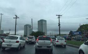 Caminhão tomba e provoca engarrafamento em São Cristóvão; confira o trânsito