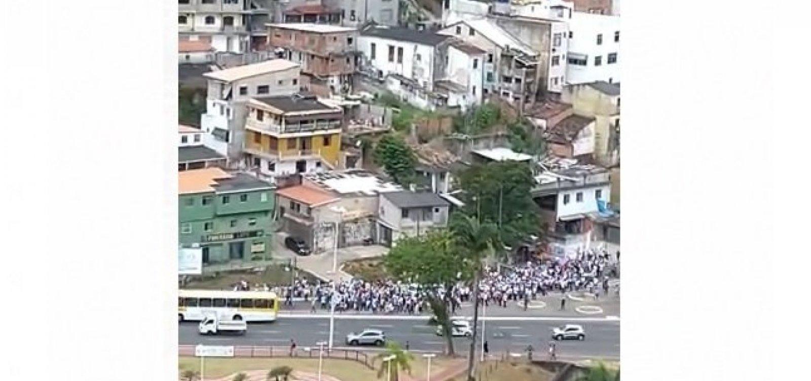 Por reajuste, agentes de saúde fecham Estação da Lapa e travam trânsito em Salvador