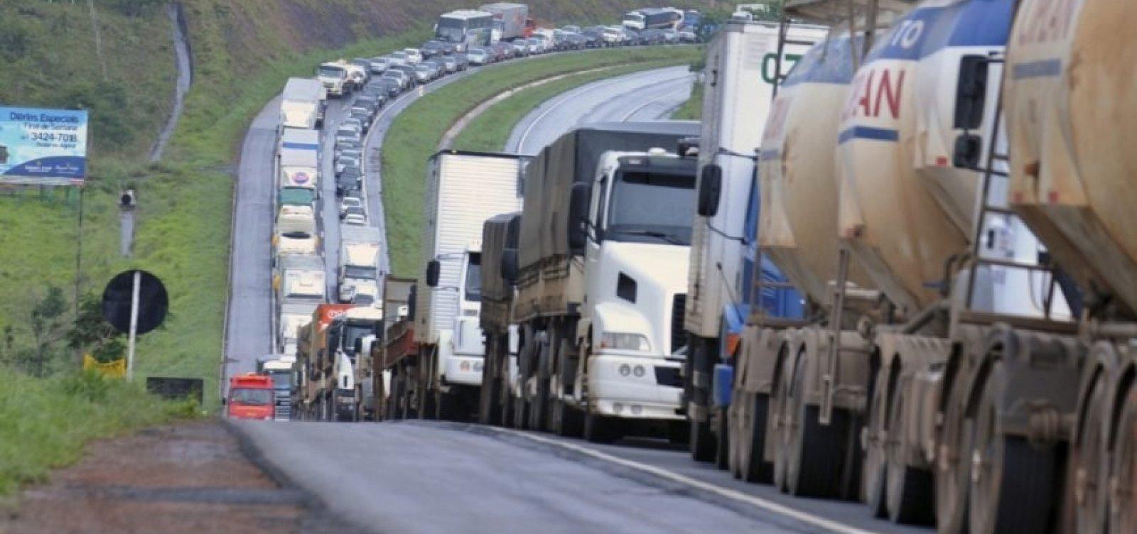 Caminhoneiros que transportam combustíveis prometem adiantar greve para esta quinta-feira