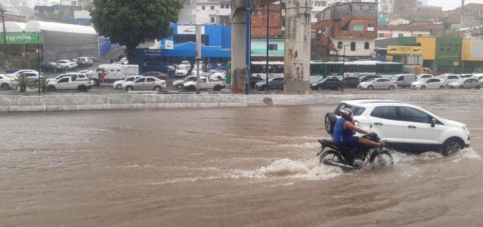 Forte chuva em Salvador alaga Avenida Bonocô; veja vídeo
