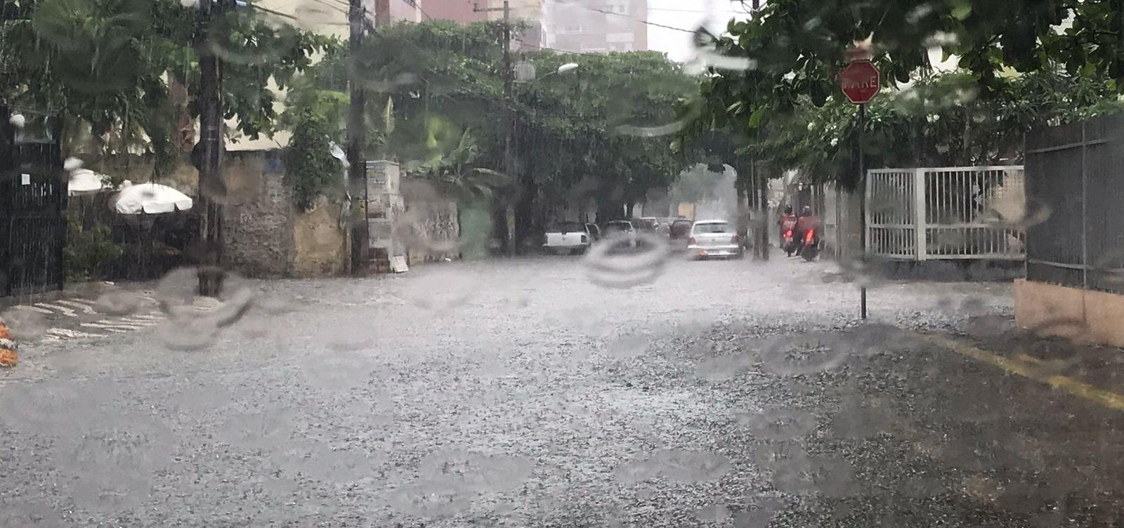 Ao menos 5 bairros têm energia elétrica interrompida por causa da chuva em Salvador