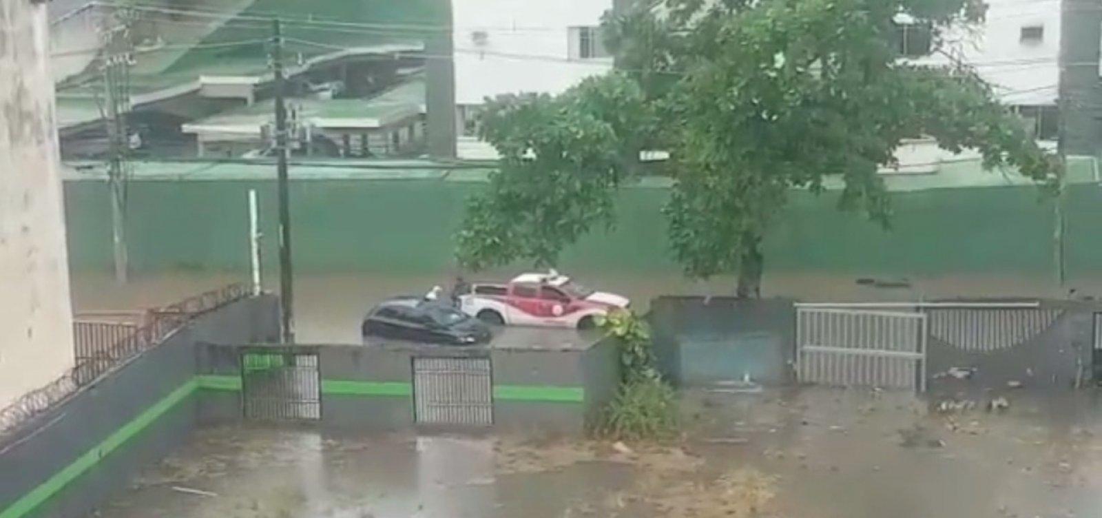 Com fortes chuvas, idoso fica ilhado na Pituba e é resgatado por bombeiros; veja vídeo