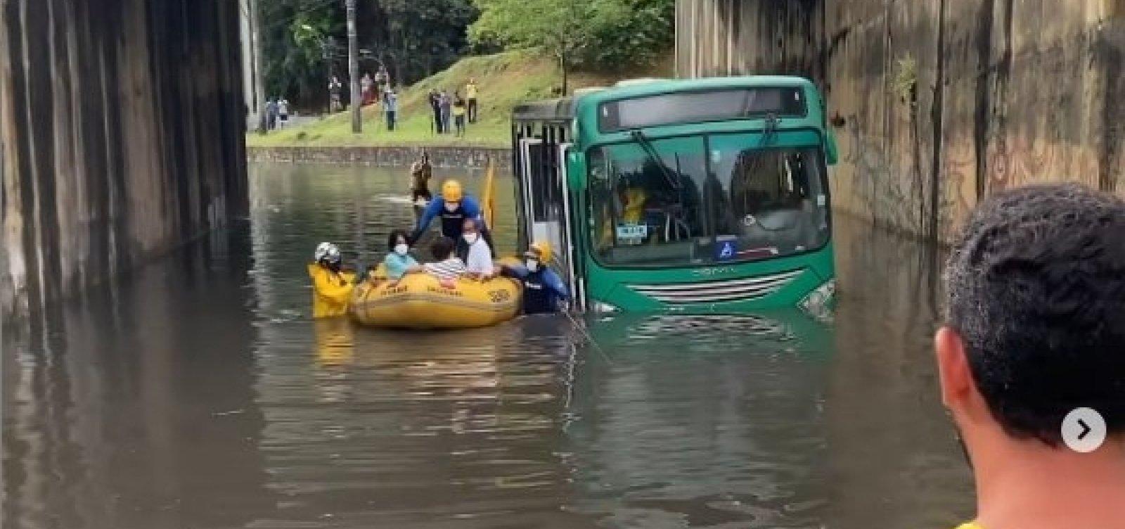 Ônibus fica ilhado próximo à Fonte Nova e passageiros são resgatados pelo Salvamar