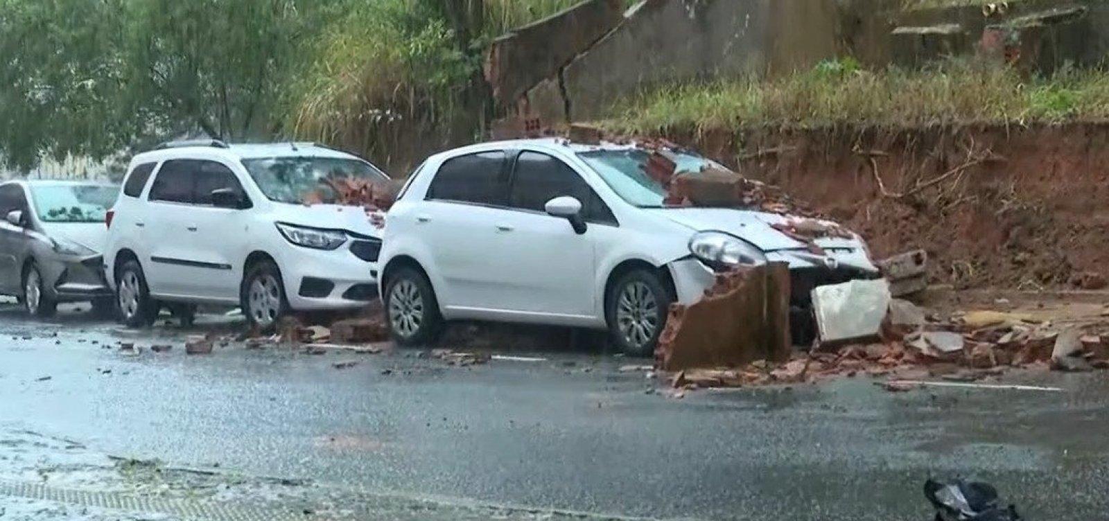 Chuva derruba muro sobre carros no Rio Vermelho