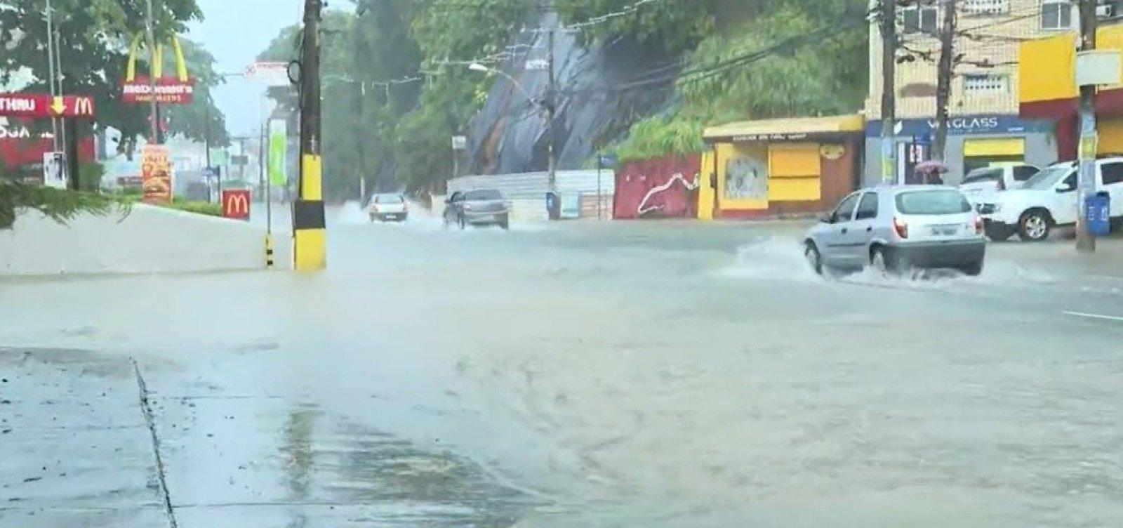 Chuva forte causa pontos de alagamento em Salvador