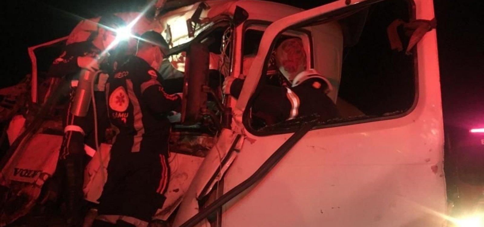Homem é resgatado de ferragens após acidente envolvendo duas carretas em Luís Eduardo Magalhães