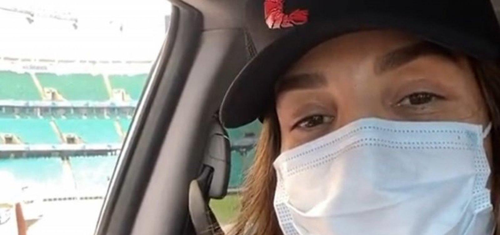 Com boné vermelho e preto, Ivete recebe segunda dose da vacina na Fonte Nova