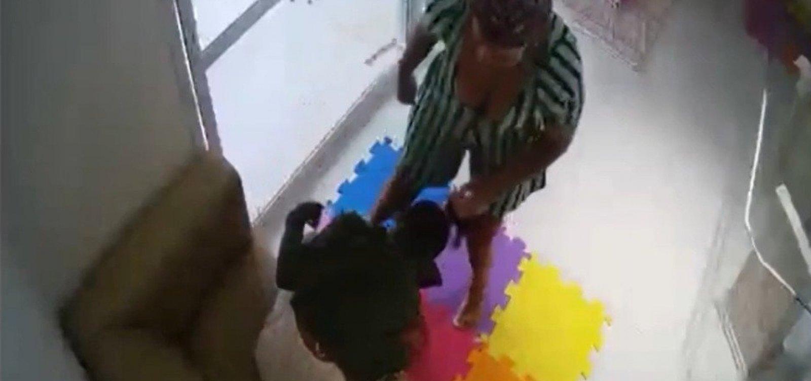 Ex-patroa que agrediu babá no Imbuí coloca tornozeleira eletrônica