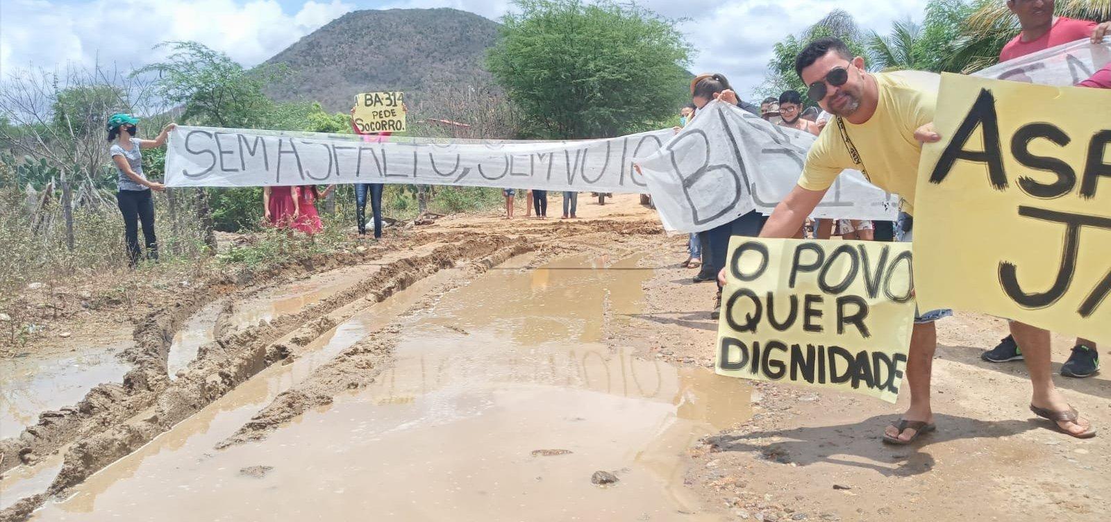 Em condições degradantes, moradores fazem manifestação por asfalto na BA 314