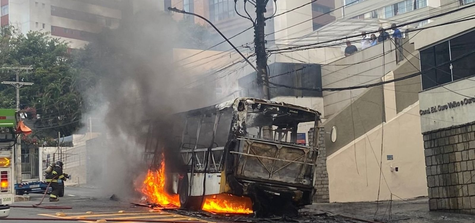 Ônibus pega fogo na Avenida Princesa Isabel e fica completamente destruído; veja vídeo