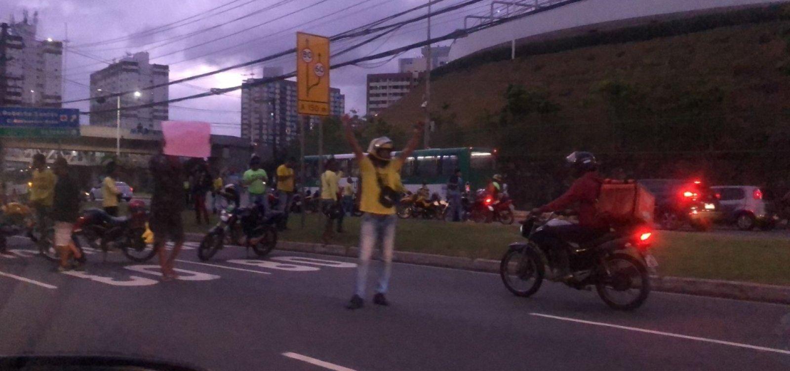 Contra aumento no preço de gasolina, protesto de mototaxistas trava Avenida Paralela; veja vídeo