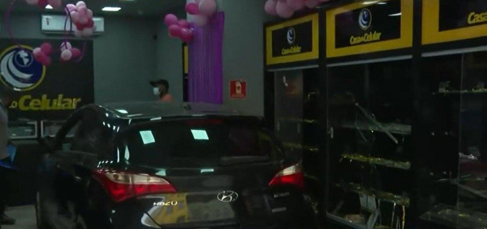 Bandidos usam carro para arrombar e roubar loja de eletrônicos na Liberdade